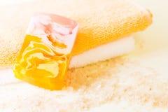 ванна базилика предпосылки ароматности цветет свежая изолированная белизна моря соли деталей Стоковое фото RF