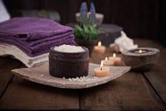 ванна вспомогательного оборудования миражирует полотенца спы установки Стоковые Изображения