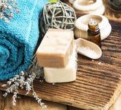 ванна вспомогательного оборудования миражирует полотенца спы установки Естественные домодельные мыла с Lavander и полотенце на Wo Стоковые Изображения