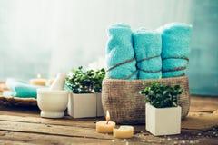 ванна вспомогательного оборудования миражирует полотенца спы установки Стоковая Фотография RF