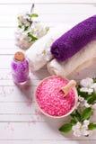 ванна вспомогательного оборудования миражирует полотенца спы установки Соль моря в шаре, полотенцах и цветках на белом wo Стоковое фото RF
