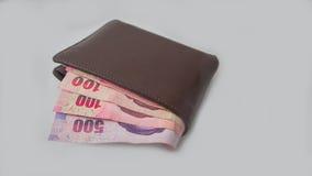 Ванна денег Таиланда с бумажником кожи Брайна стоковые изображения rf