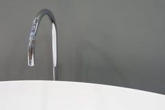 Ванна и водопроводный кран стоковые изображения rf