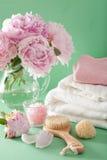 Ванна и курорт с цветками пиона чистят полотенца щеткой губки Стоковые Изображения