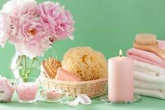 Ванна и курорт с цветками пиона чистят полотенца щеткой губки Стоковое Изображение