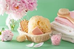 Ванна и курорт с цветками пиона чистят полотенца щеткой губки Стоковая Фотография RF