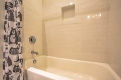 Ванна и ливень внутри bathroom с лоснистой белой стеной стоковые фотографии rf