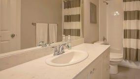 Ванна и ливень панорамы с striped занавесом внутри небольшого bathroom стоковые изображения rf