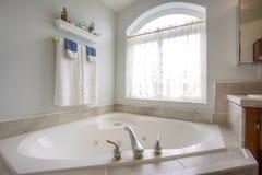 Ванна с с золотом и серебряным faucet около сдобренного окна с занавесом стоковые изображения rf