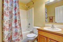 Ванна, туалет и раковина ванной комнаты внутренние белые Стоковое фото RF