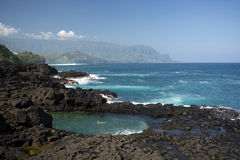 Ванна ферзей, смотря к побережью Na Pali, Кауаи, Гаваи стоковая фотография