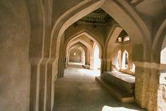 Ванна ` s ферзей, приложение Zenana, архитектурноакустические детали интерьера балкона, Hampi, Karnataka Индии стоковые фотографии rf
