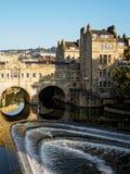 ВАННА, SOMERSET/UK - 2-ОЕ ОКТЯБРЯ: Взгляд моста и Вэй Pulteney Стоковые Изображения RF