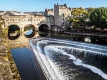 ВАННА, SOMERSET/UK - 2-ОЕ ОКТЯБРЯ: Взгляд моста и Вэй Pulteney Стоковое Изображение RF