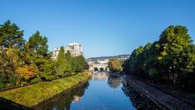 ВАННА, SOMERSET/UK - 2-ОЕ ОКТЯБРЯ: Взгляд моста и Вэй Pulteney Стоковые Фотографии RF