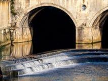 ВАННА, SOMERSET/UK - 2-ОЕ ОКТЯБРЯ: Взгляд моста и Вэй Pulteney Стоковые Изображения