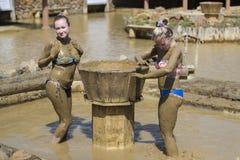 Ванны грязи взятия маленьких девочек Стоковые Фото