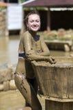 Ванны грязи взятия маленьких девочек Стоковые Изображения