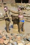 Ванны грязи взятия маленьких девочек Стоковое Изображение