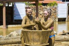 Ванны грязи взятия маленьких девочек Стоковая Фотография