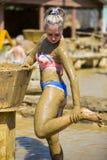 Ванны грязи взятия маленьких девочек Стоковые Фотографии RF