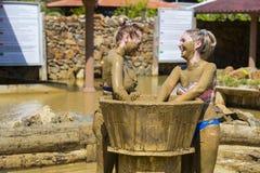 Ванны грязи взятия маленьких девочек Стоковые Изображения RF