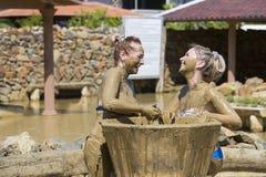 Ванны грязи взятия маленьких девочек Стоковое Изображение RF