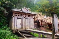 Ванны на холме в древесинах Ключ Gremyachiy падений Стоковая Фотография RF