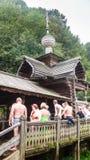 Ванны на холме в древесинах Ключ Gremyachiy падений Стоковые Изображения