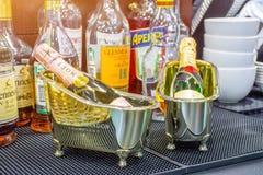 Ванны с миниатюрой разливают MOET по бутылкам в баре, России, Москве 13-ое января 2018 Стоковое фото RF