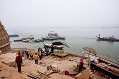 ВАРАНАСИ, ИНДИЯ: Мытье утра в сборе Ганга много люди различных времен Стоковые Изображения