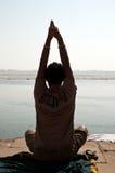Индусский подвижник выполняя молитву стоковые фото