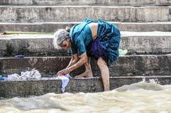 Варанаси, Индия, 19-ое сентября 2010: Старая индийская женщина делая lau стоковые изображения