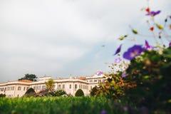 Варезе ОКТЯБРЬ 2018 ИТАЛИЯ - цветки против дворца Estense, или Palazzo Estense стоковое изображение rf