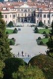 Варезе ОКТЯБРЬ 2018 ИТАЛИЯ - цветки против дворца Estense, или Palazzo Estense стоковые фото