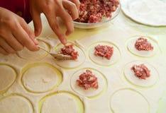 вареники делая мясо Стоковые Изображения