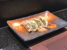 Вареники Gyoza на красивом глиняном горшке блюда стоковые изображения rf