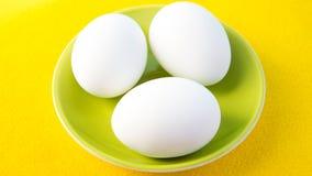 3 вареного яйца на зеленой плите Стоковое фото RF
