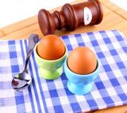 2 вареного яйца с ложкой и солью Стоковые Фото