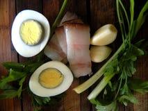 Вареное яйцо, зеленые луки с беконом, петрушка и чеснок Стоковые Фото