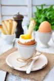 Вареное яйцо для завтрака на деревянном столе Стоковые Фото