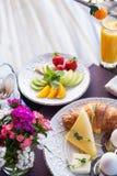 Вареные яйца, круассан, плита плодоовощ Стоковое Фото
