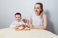 Вареные яйца мамы и ребенка чистые на таблице стоковое изображение rf