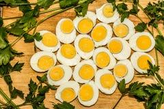 Вареные яйца отрезанные в halfs Стоковое Изображение RF
