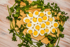 Вареные яйца отрезанные в halfs Стоковая Фотография