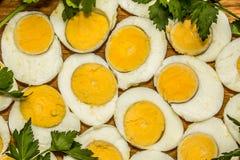 Вареные яйца отрезанные в halfs Стоковая Фотография RF