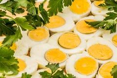 Вареные яйца отрезанные в halfs Стоковые Изображения