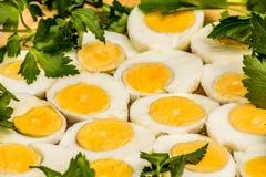 Вареные яйца отрезанные в halfs Стоковые Фотографии RF