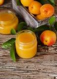 Варенье абрикоса в малом стекле раздражает с плодоовощами, селективным фокусом Стоковые Фото