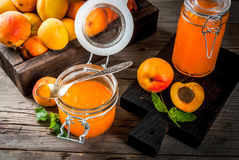 Варенье абрикоса в малых опарниках Стоковые Изображения